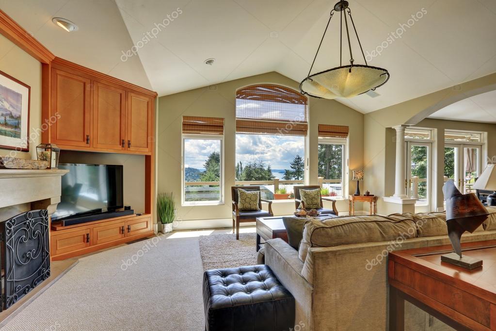 Luxus innenausstattung haus  Decke Wohnzimmer Interieur im Luxus-Haus — Stockfoto #128466830