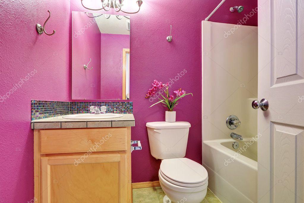 Interni di piccolo bagno rosa luminoso — Foto Stock © iriana88w ...