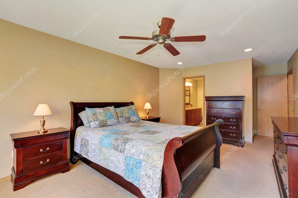 Interno camera da letto con mobili in legno massello — Foto ...