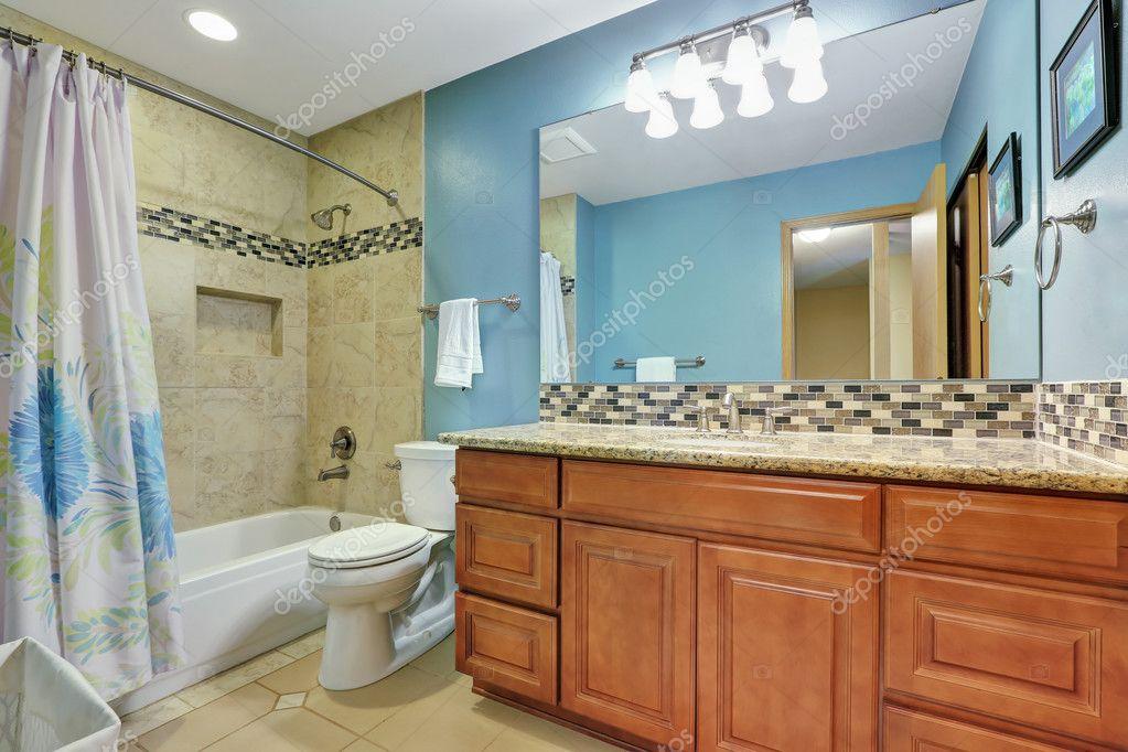 Bagno Beige E Blu : Interno bagno blu con alzatina mosaico u foto stock iriana w