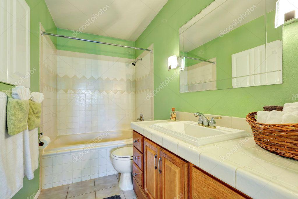 Leichte Grüne Badezimmer Interieur Mit Weißen Fliesen Schneiden - Grüne fliesen bad