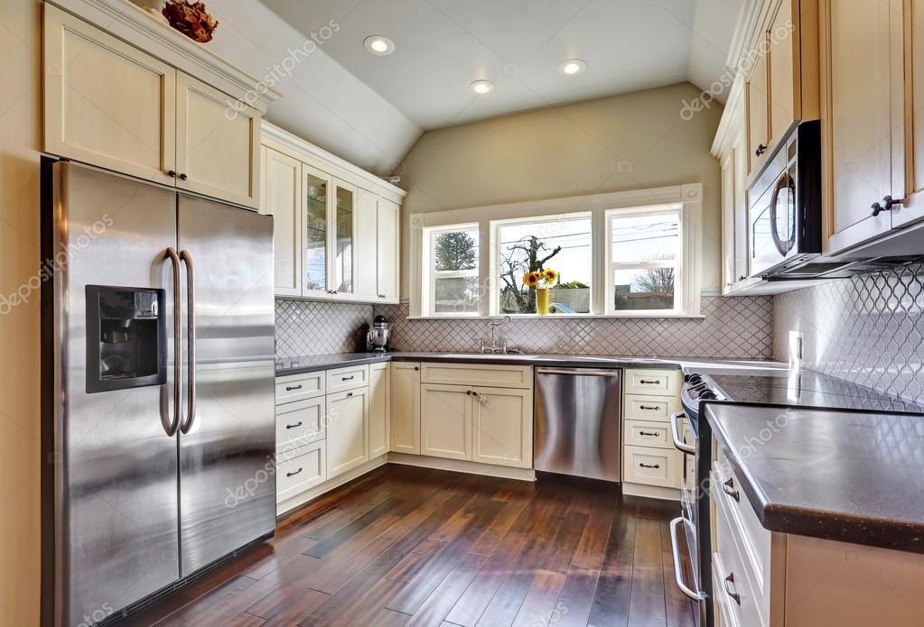 Küche Beige | Soft Beige Kuchenschranke In Einer Kuche Stockfoto C Iriana88w