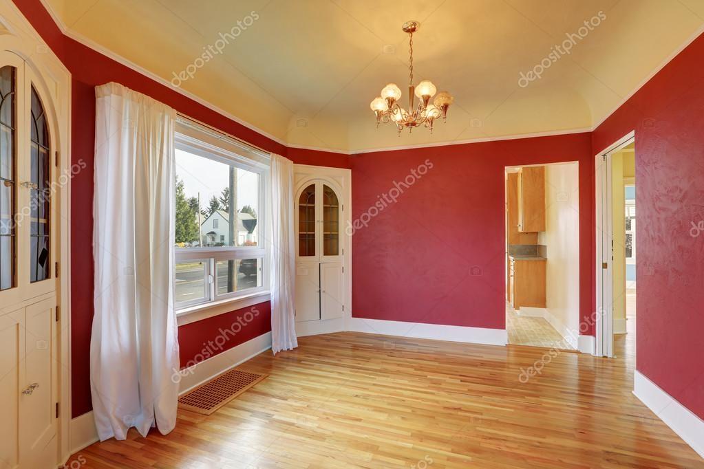 Comedor rojo vacío interior con armarios empotrados — Foto de stock ...