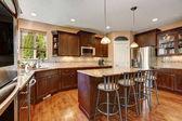 Fotografie Gut renovierte Küche Innenraum mit dunklem Holz Schränke