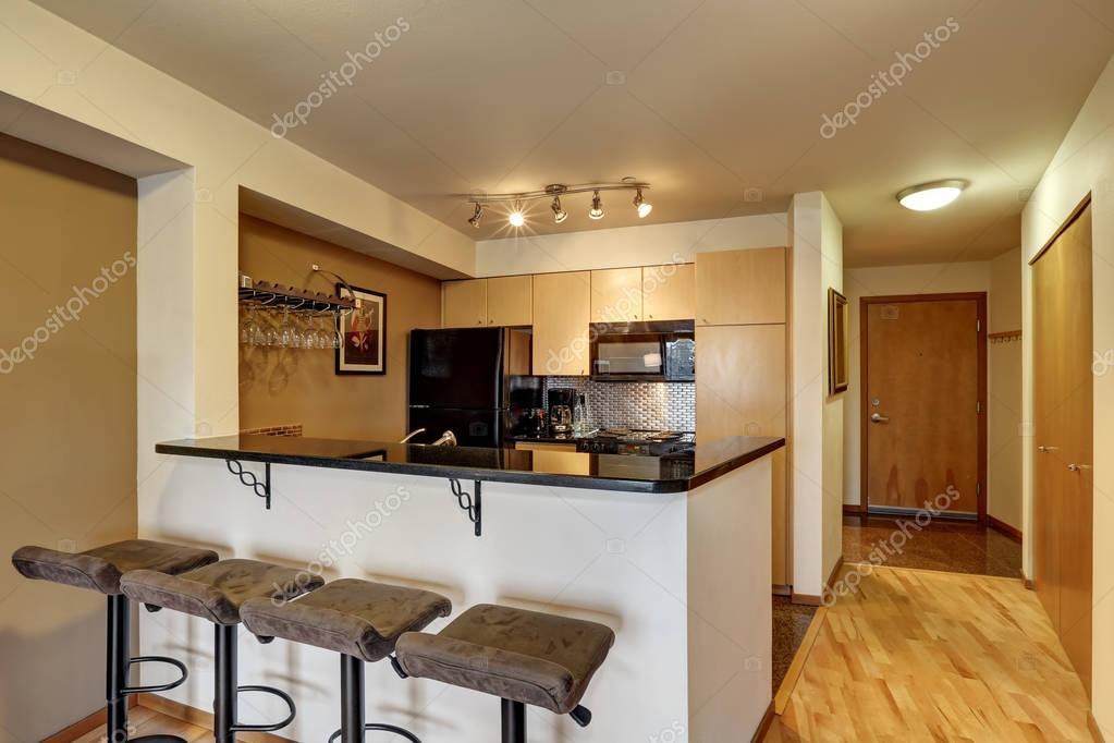 Zwart Keuken Kleine : Kleine keuken kamer in zwart en beige tinten u stockfoto