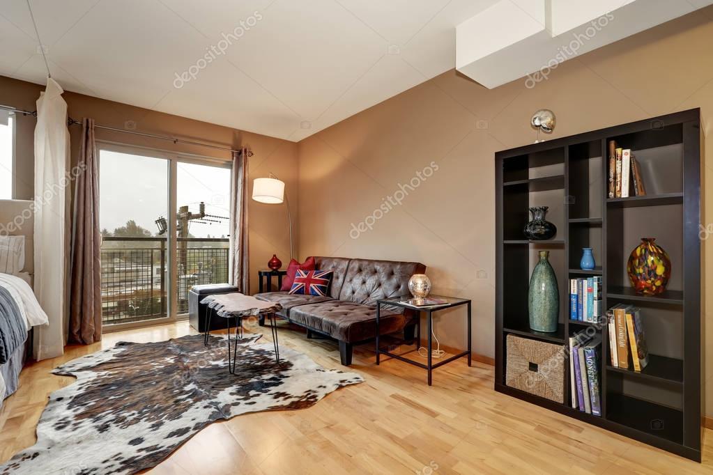 Bruine muren slaapkamer interieur met gezellige zithoek