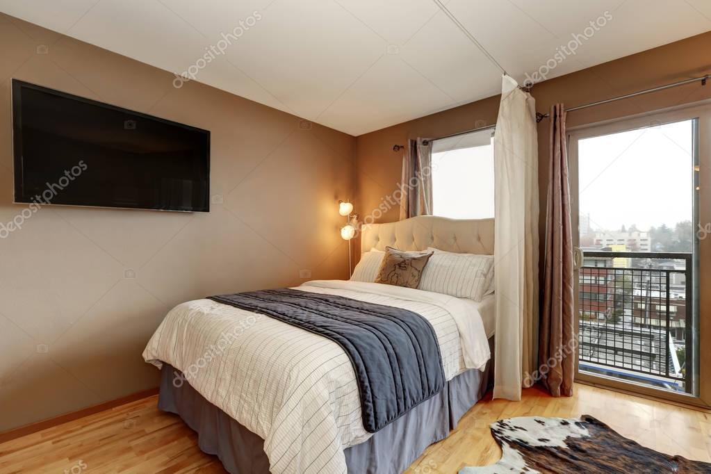 Bruine Slaapkamer Muur : Bruine muren slaapkamer interieur in appartement u stockfoto