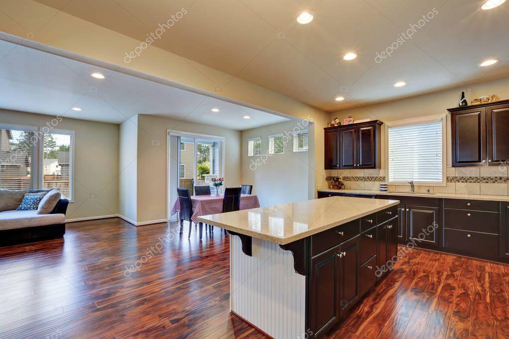 Keuken en eetkamer interieur met donkere Toon hardhouten vloer ...