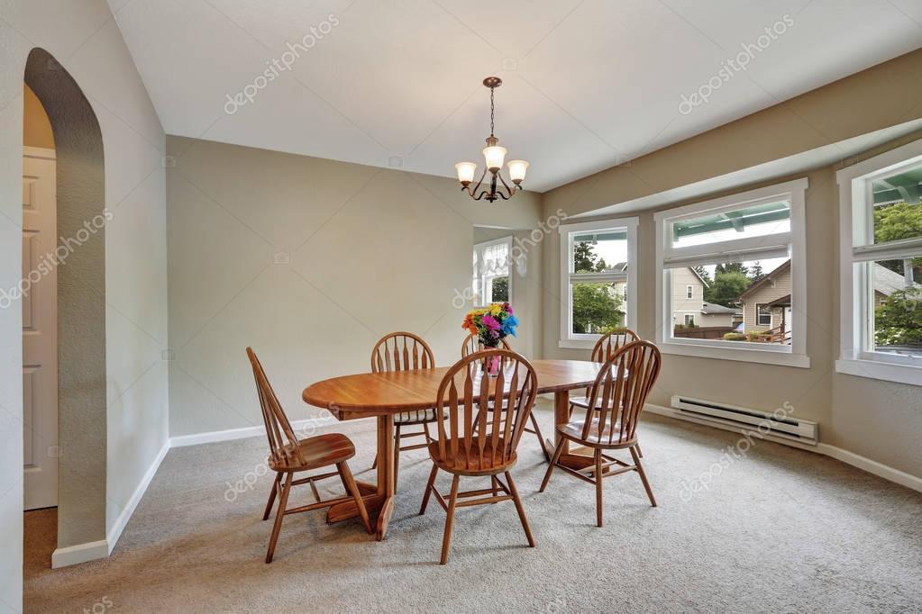 Beige Esszimmer Einrichtung Mit Runden Wand, Teppichboden, Holztisch Mit  Stühlen Für 6 Personen. Nordwesten, Usa U2014 Foto Von Iriana88w