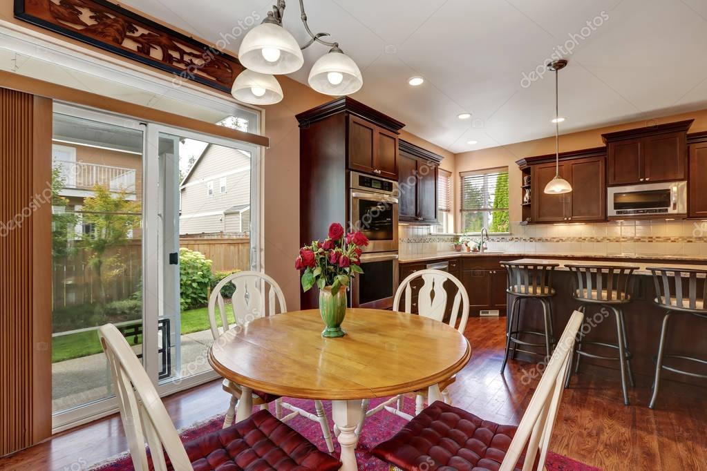 Gezellige keuken en eetkamer interieur met hardhouten vloer ...