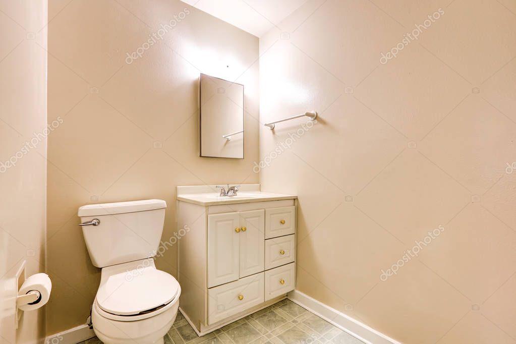 Vista del mezzo bagno con pareti beige e pavimento di piastrelle ...