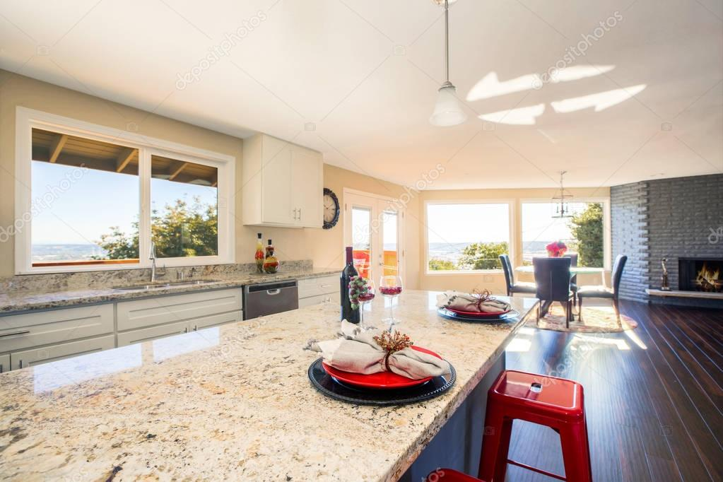 Helles Interieur der Küche mit Kochinsel hautnah — Stockfoto ...