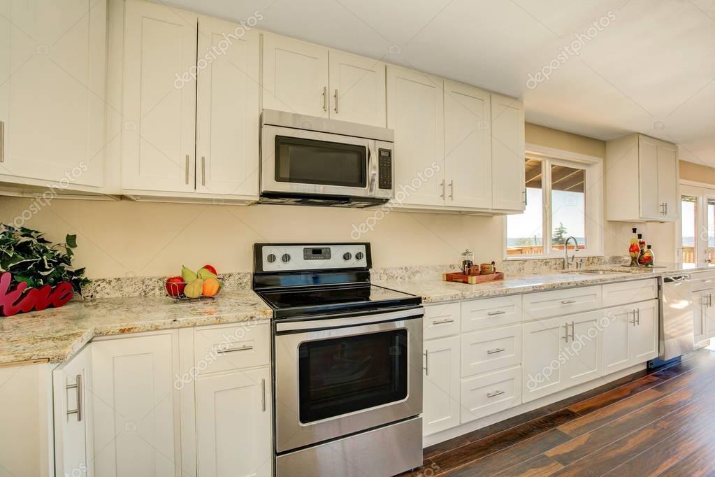 Interni luminosi di cucina con mobili bianchi e granito — Foto ...