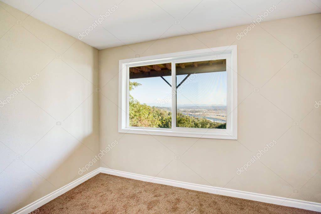 d40daa125b Üres Szobabelső világos bézs színű falak és barna szőnyeg — Stock Fotó