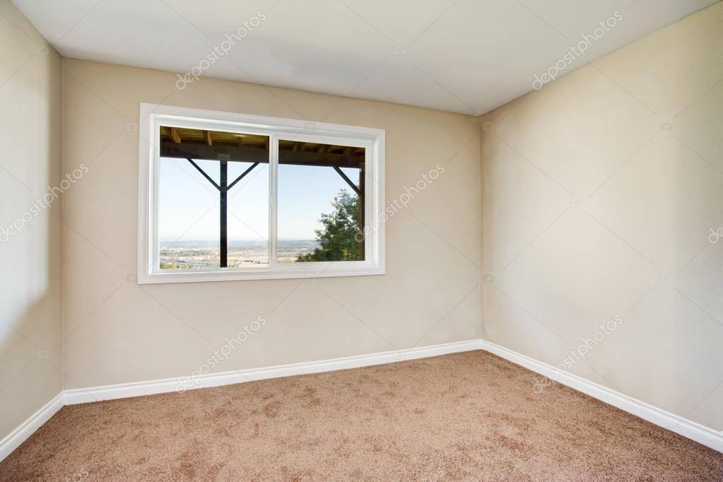 Pareti Beige Chiaro : Interiore vuoto della stanza con moquette marrone e le pareti
