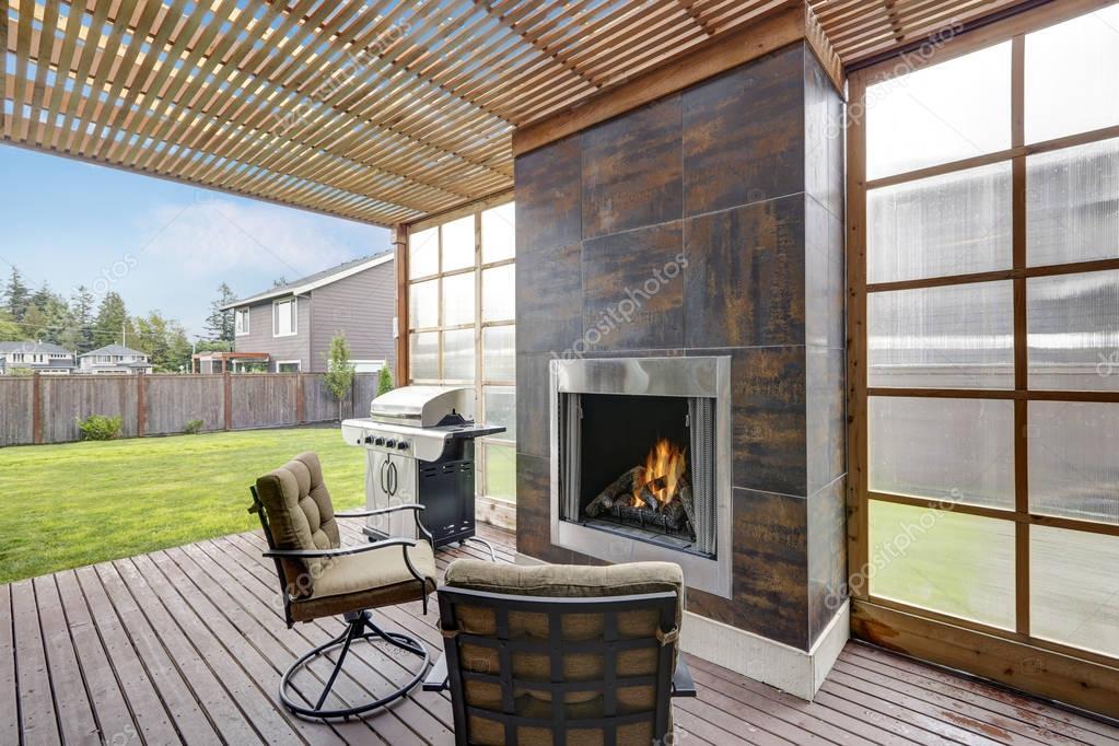 Terrasse couverte aire de maison luxueuse — Photographie ...