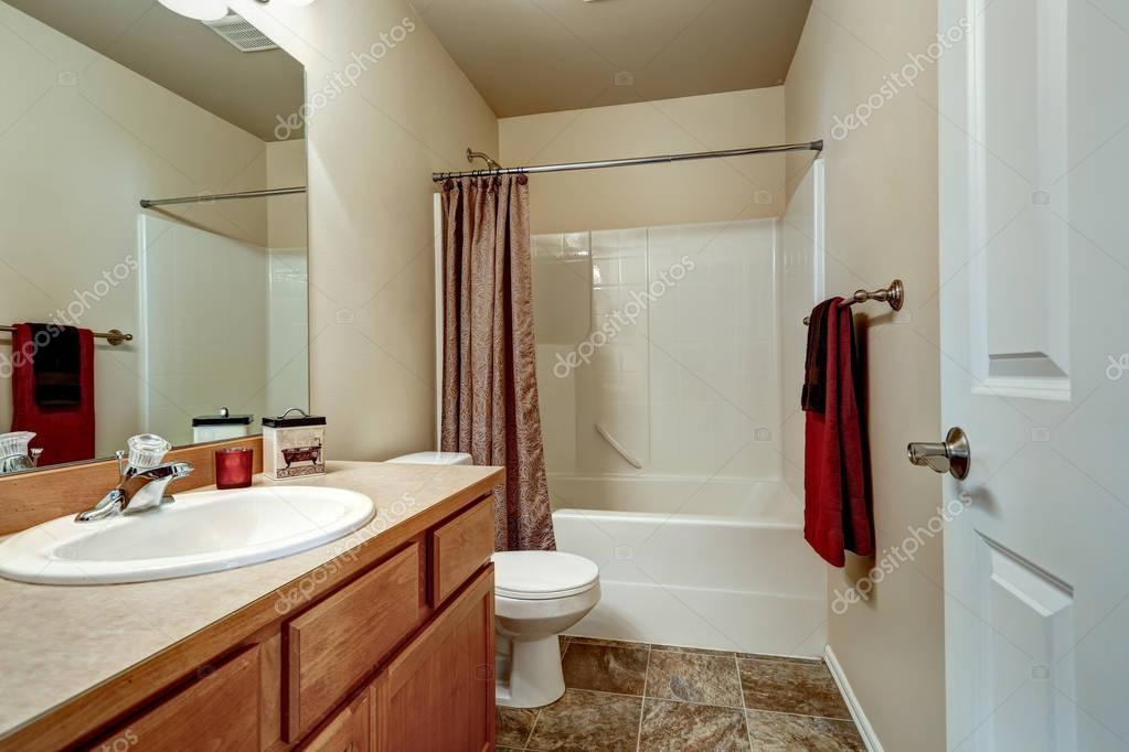Interiore della stanza da bagno nei colori beige e marroni — Foto ...