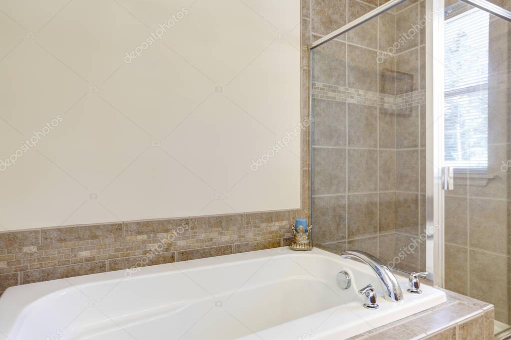Vasca Da Bagno Bloccata : Vasca da bagno con doccia in vetro in bagno bianca u foto stock