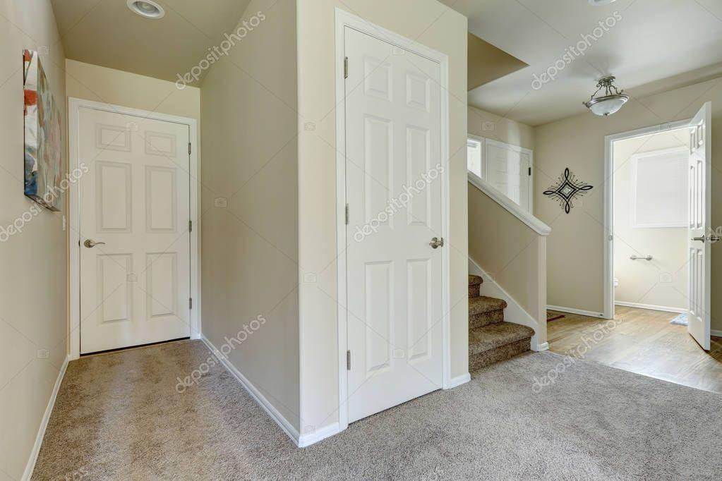 Intérieur de maison américaine couloir — Photographie iriana88w ...