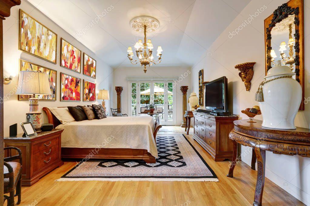 Interior de dormitorio de lujo con muebles de madera tallada — Foto ...