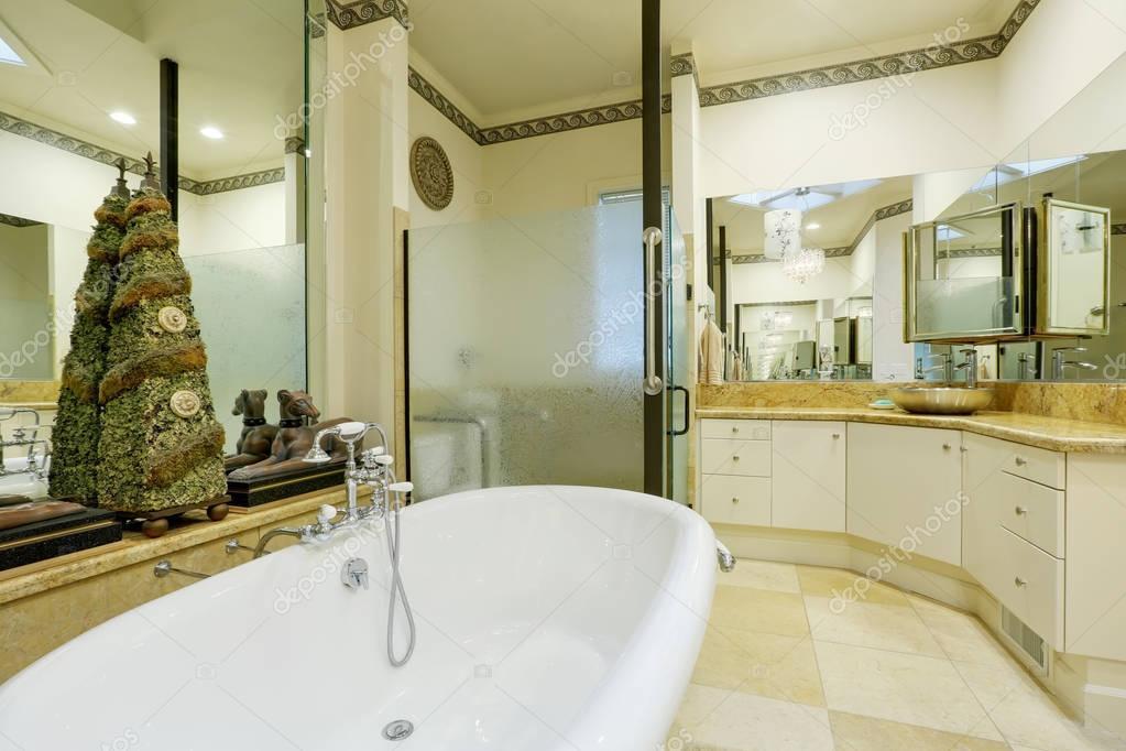 Geweldige badkamer interieur met spiegel muren en standbeelden ...