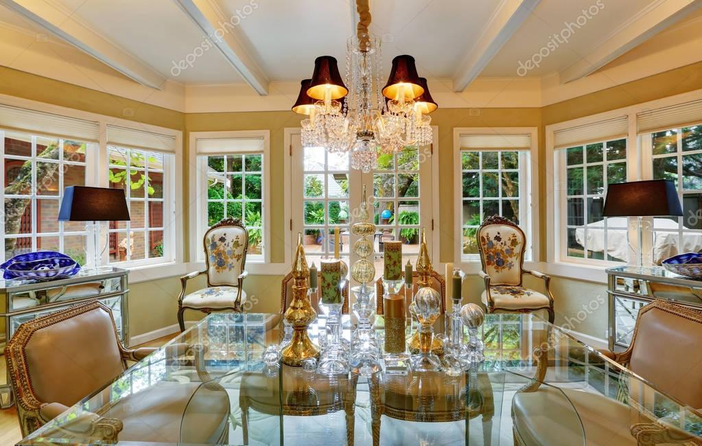 Mooie victoriaanse stijl eetkamer interieur u stockfoto