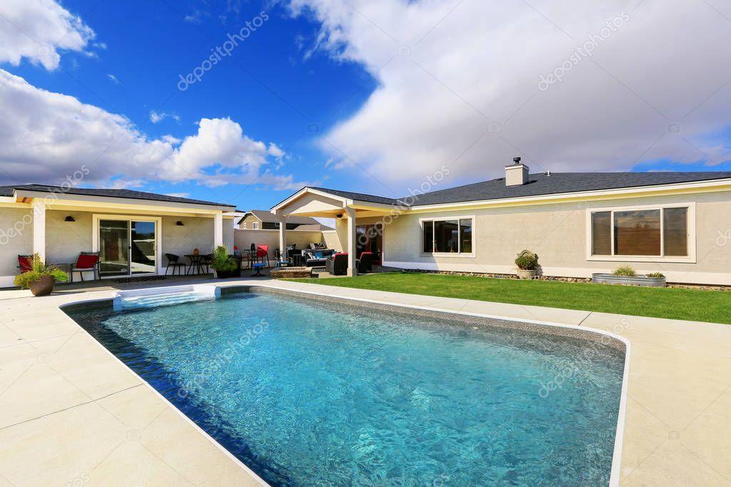 Piscina de lujo casa piscina en el patio trasero de casa for Piscinas en patios de casas
