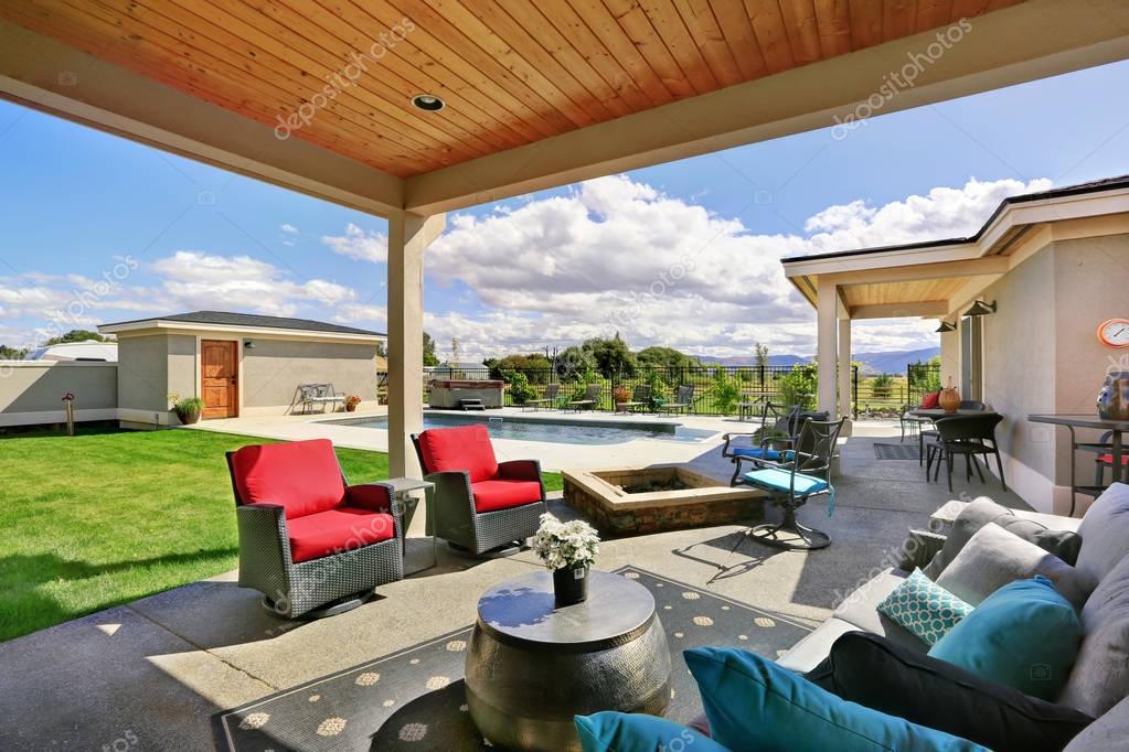 Tradizionale veranda posteriore con piano di calpestio e for Piani tetto veranda protette