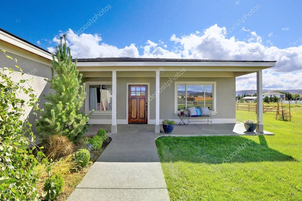 Porche d entr e couvert avec sol en b ton et des colonnes for Un porche d entree