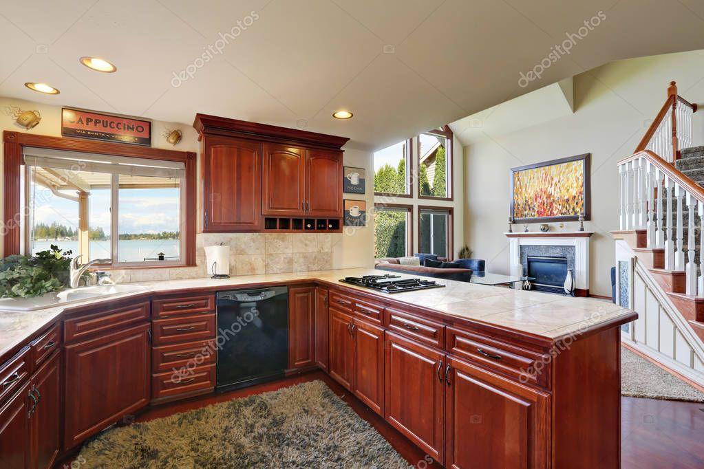 Caoba muebles de cocina, encimeras de mármol y pared posterior ...
