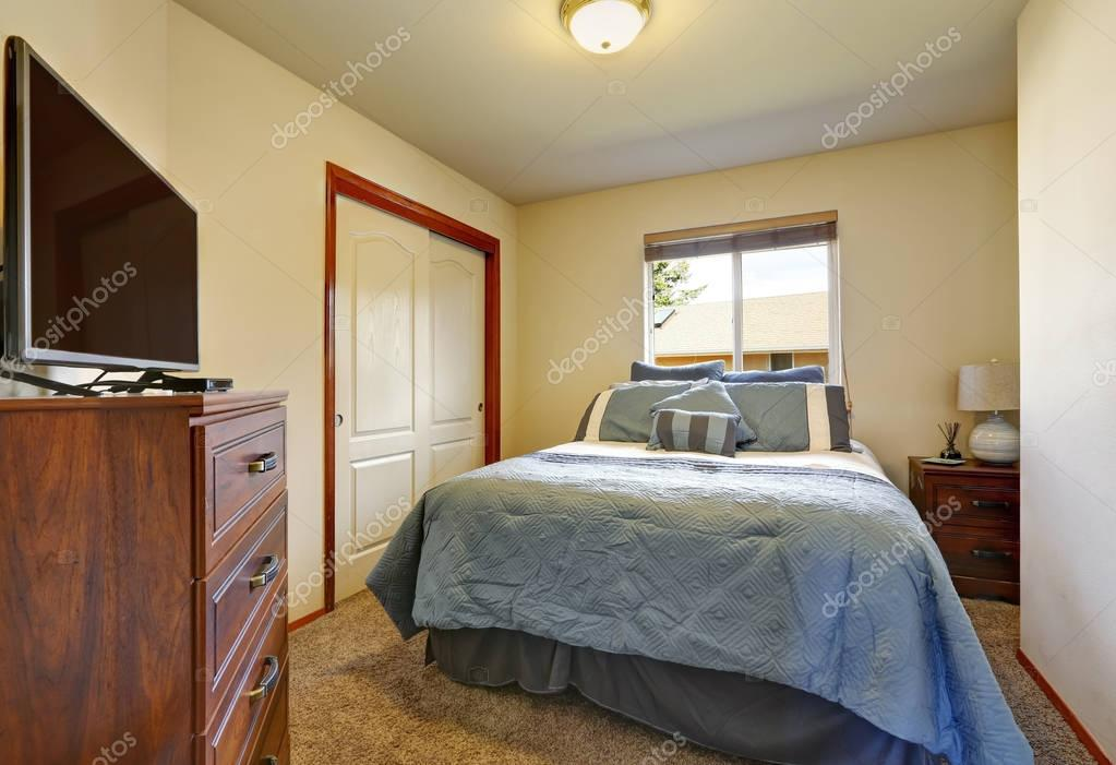 Kleine Slaapkamer Kast : Blauwe tweepersoonsbed kast met tv kast in kleine slaapkamer