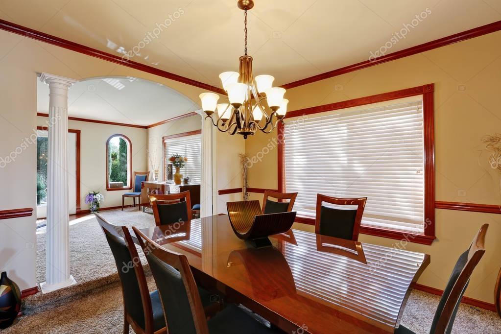 Goed ingerichte eetkamer met elegante kroonluchter u stockfoto