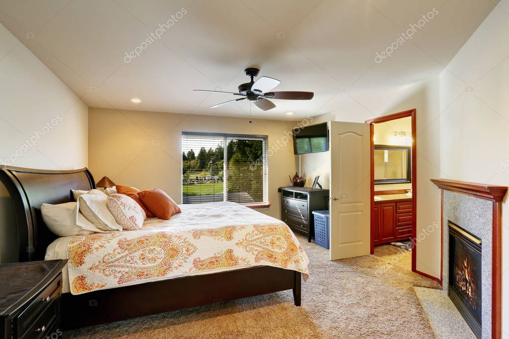 Letto queen size nella camera da letto di lusso con camino