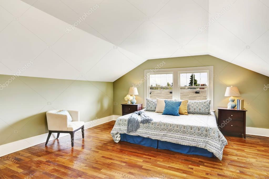 Al piano superiore camera da letto spaziosa con pavimento in parquet ...