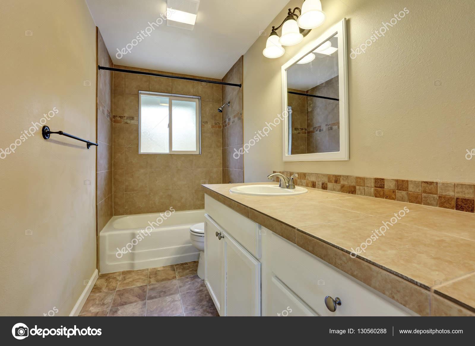 Arredamento della stanza da bagno con parete di piastrelle - Piastrelle bagno beige ...