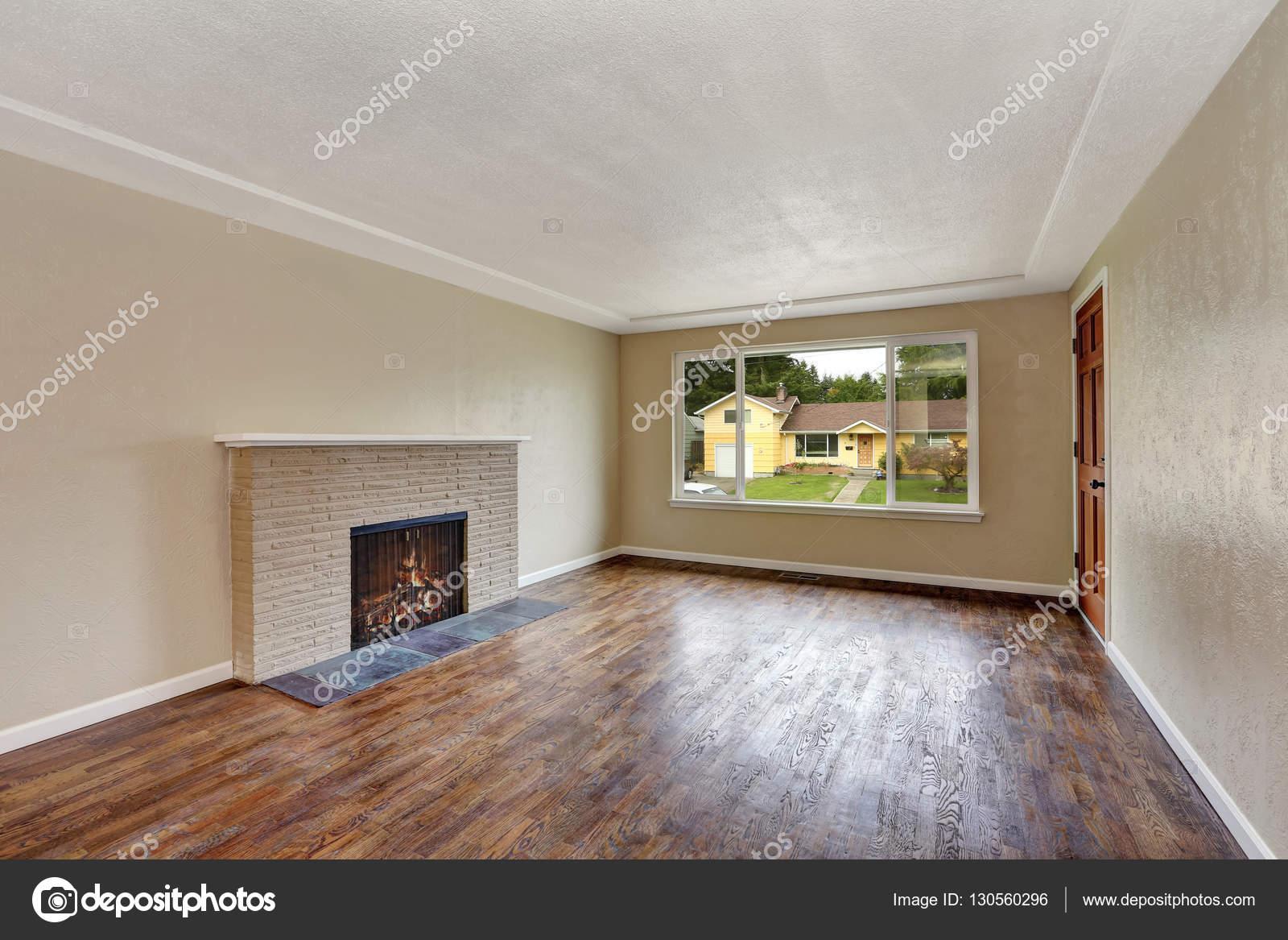 Ongemeubileerde beige woonkamer in leeg huis — Stockfoto © iriana88w ...