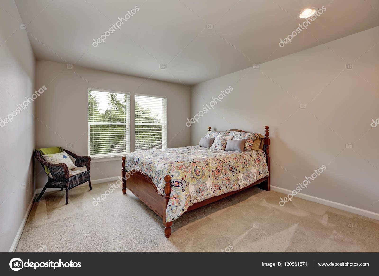 Dormitorio Beige Simple Con Colores Silla Cama Y Mimbre Fotos De - Dormitorios-beige