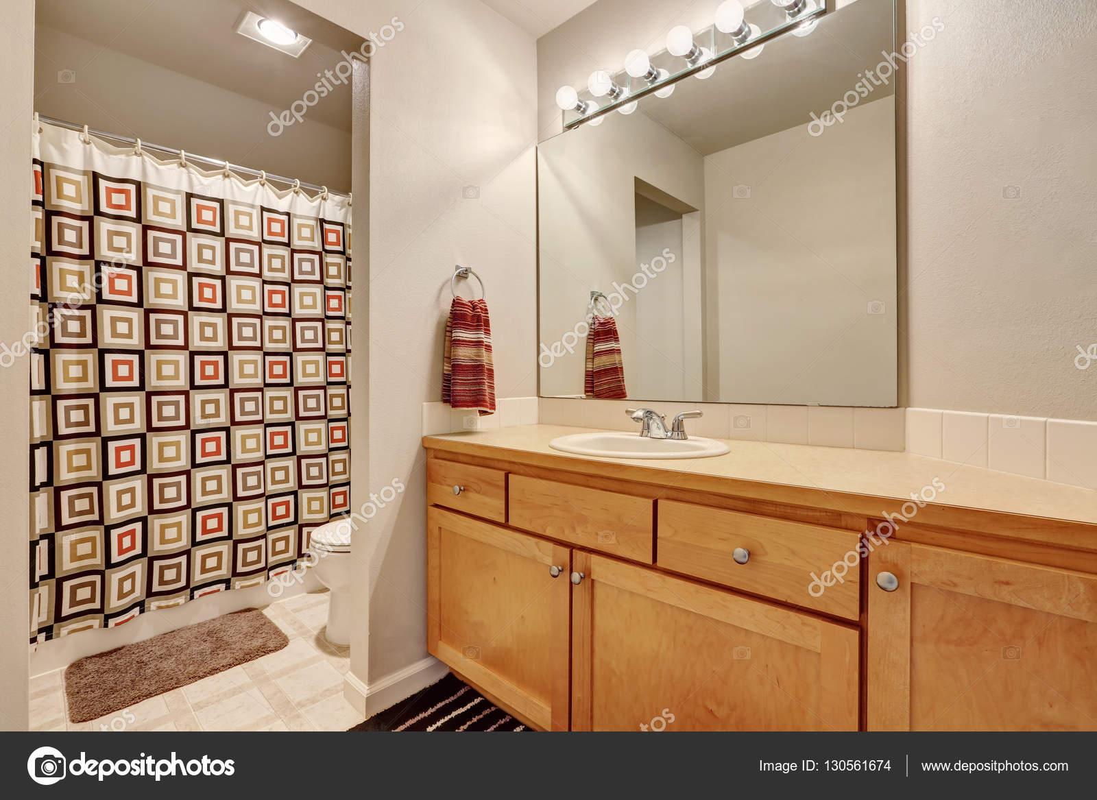 Badkamer ijdelheid kabinet kleurrijke douchegordijn en een toilet