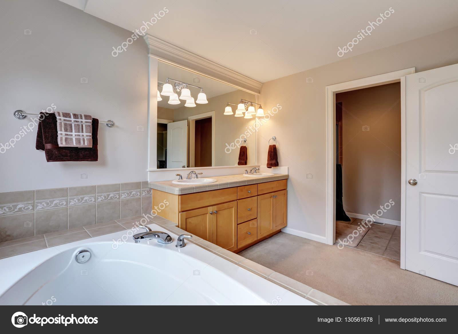 Interieur Lumineux Et Propre Salle De Bain Avec Double Lavabo Vanite Armoire Blanc Baignoire En Carreaux Beige Surround Nord Ouest E U