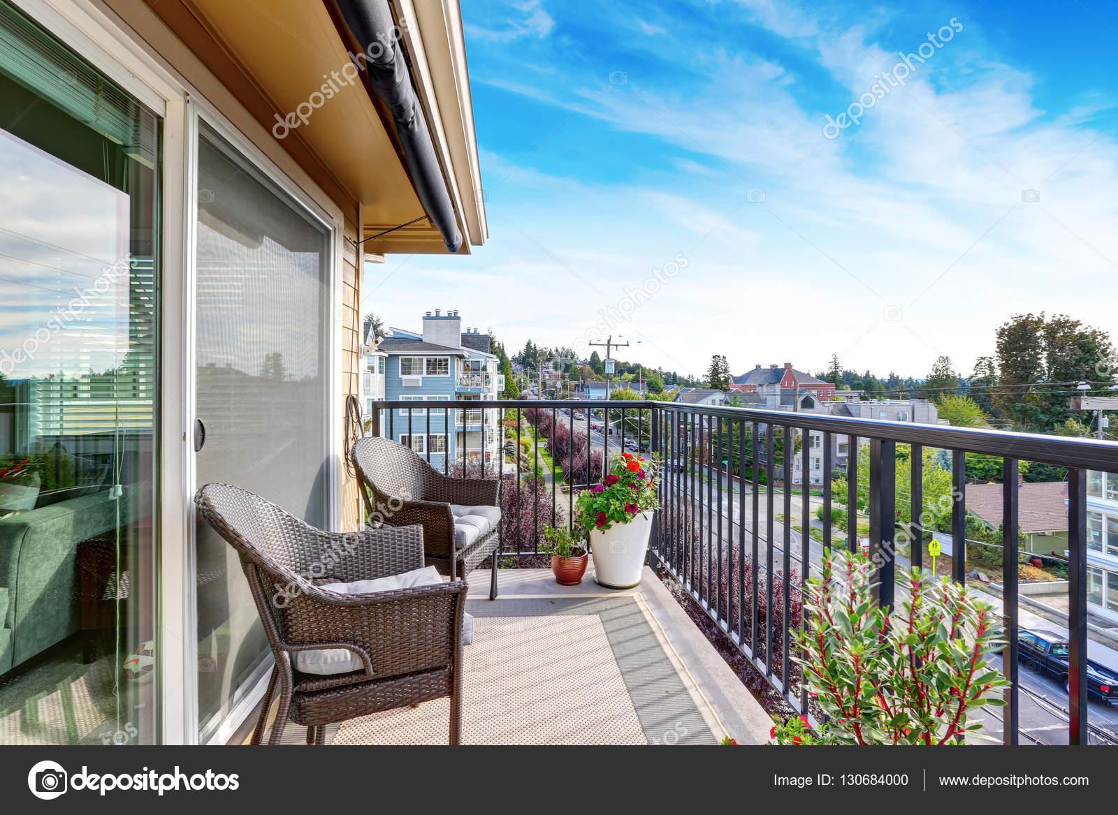 De buitenkant van het appartement huis in seattle balkon uitzicht stockfoto iriana88w - Foto buitenkant terras ...