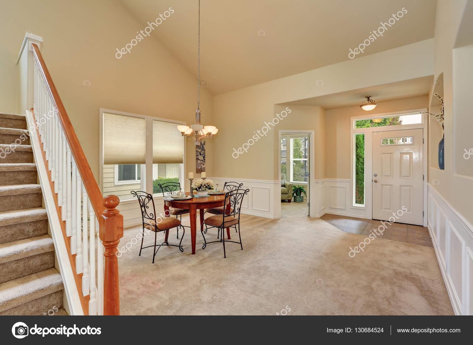 Beige Esszimmer Einrichtung Mit Hoher Decke Und Treppe. Eleganter Tisch  Einstellung Und Schmiedeeisernen Stühlen. Nordwesten, Usa U2014 Foto Von  Iriana88w