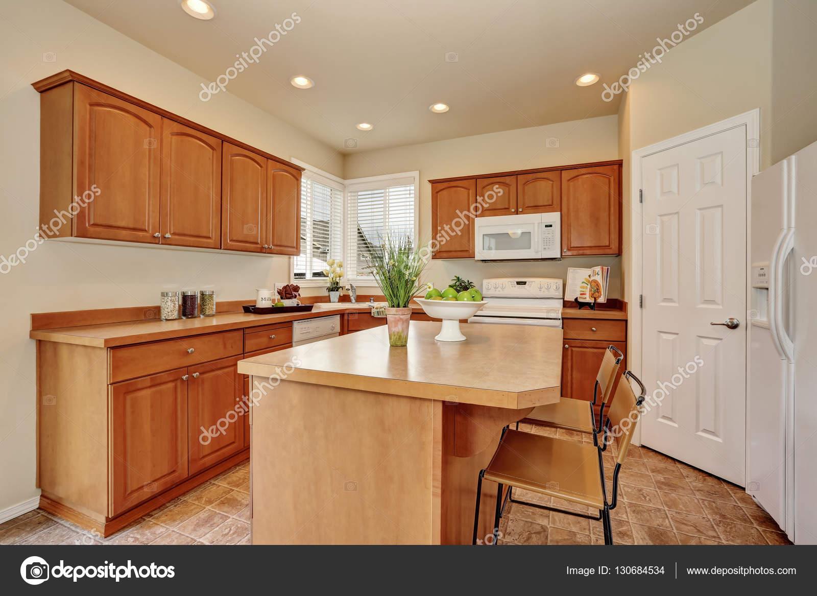 Interno di cucina stile americano classico con pavimenti in ...