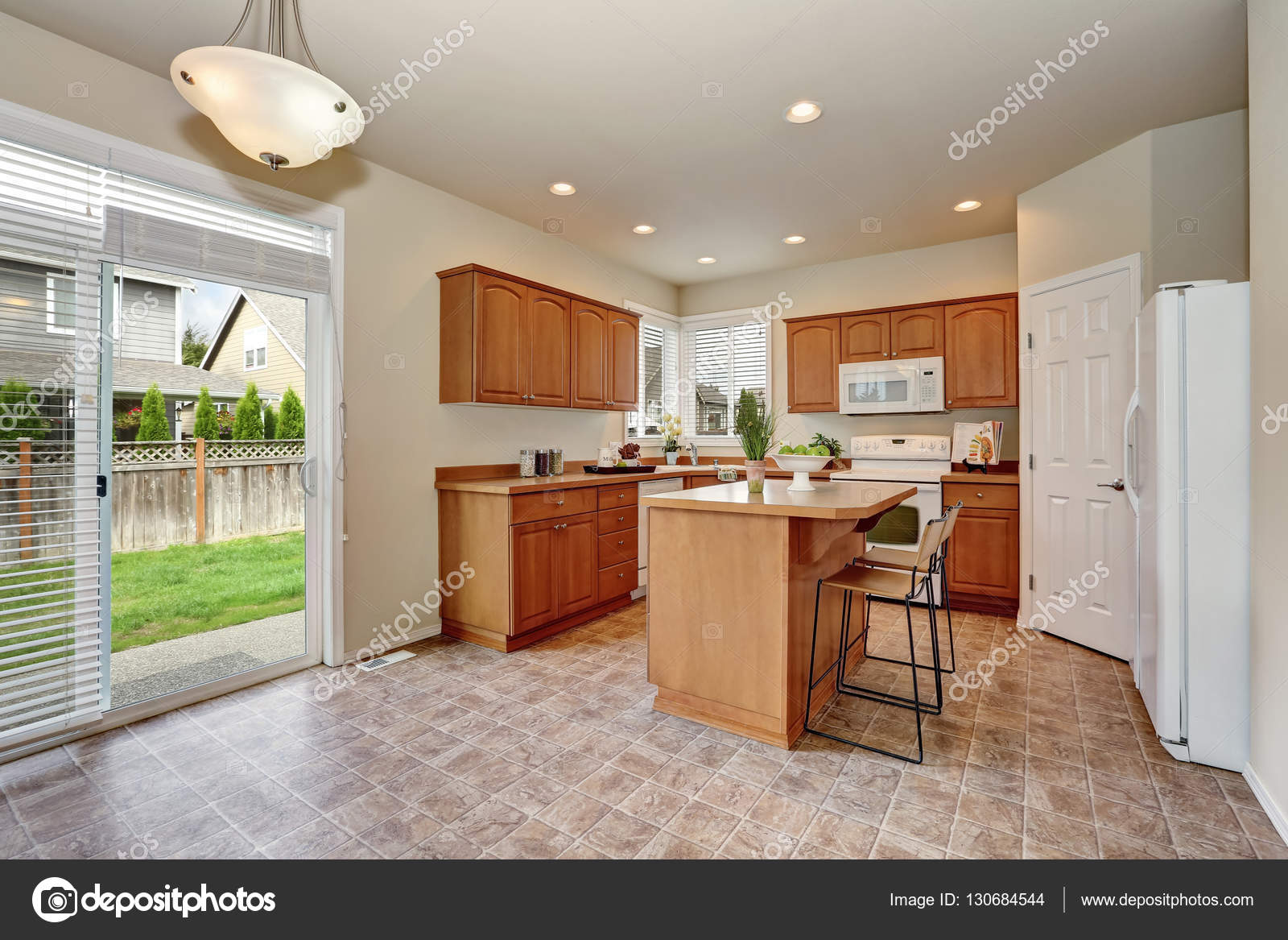 Klassischen Stil Küche Interieur mit Fliesenboden — Stockfoto ...