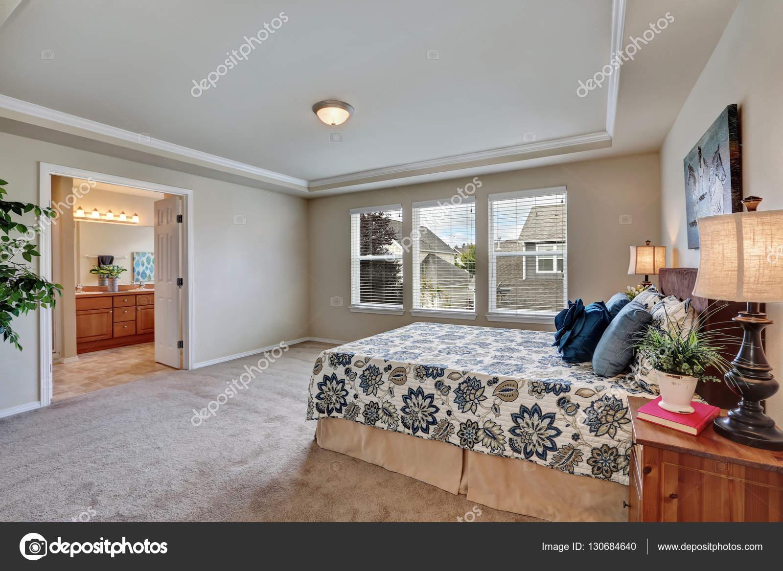 Tágas, világos hálószoba queen méretű ágy és a fürdőszoba ...