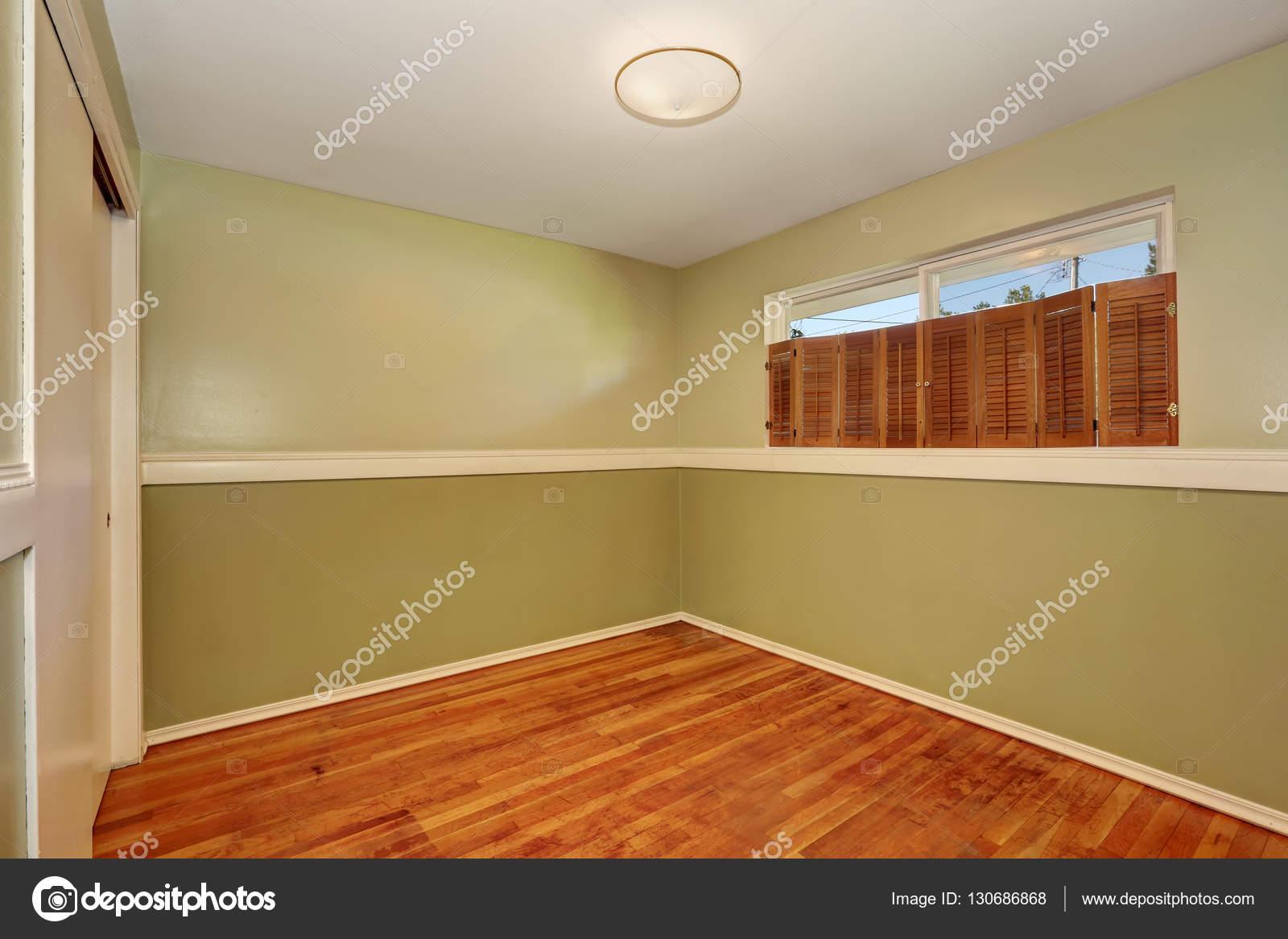 Interior Da Sala Vazia Com Piso De Madeira E Paredes Verde Oliva  -> Piso Parede Sala