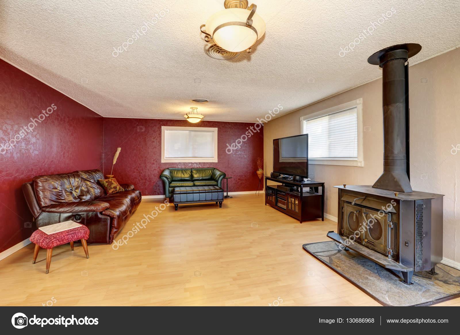 Parete di contrasto rosso nel soggiorno con antico camino u foto