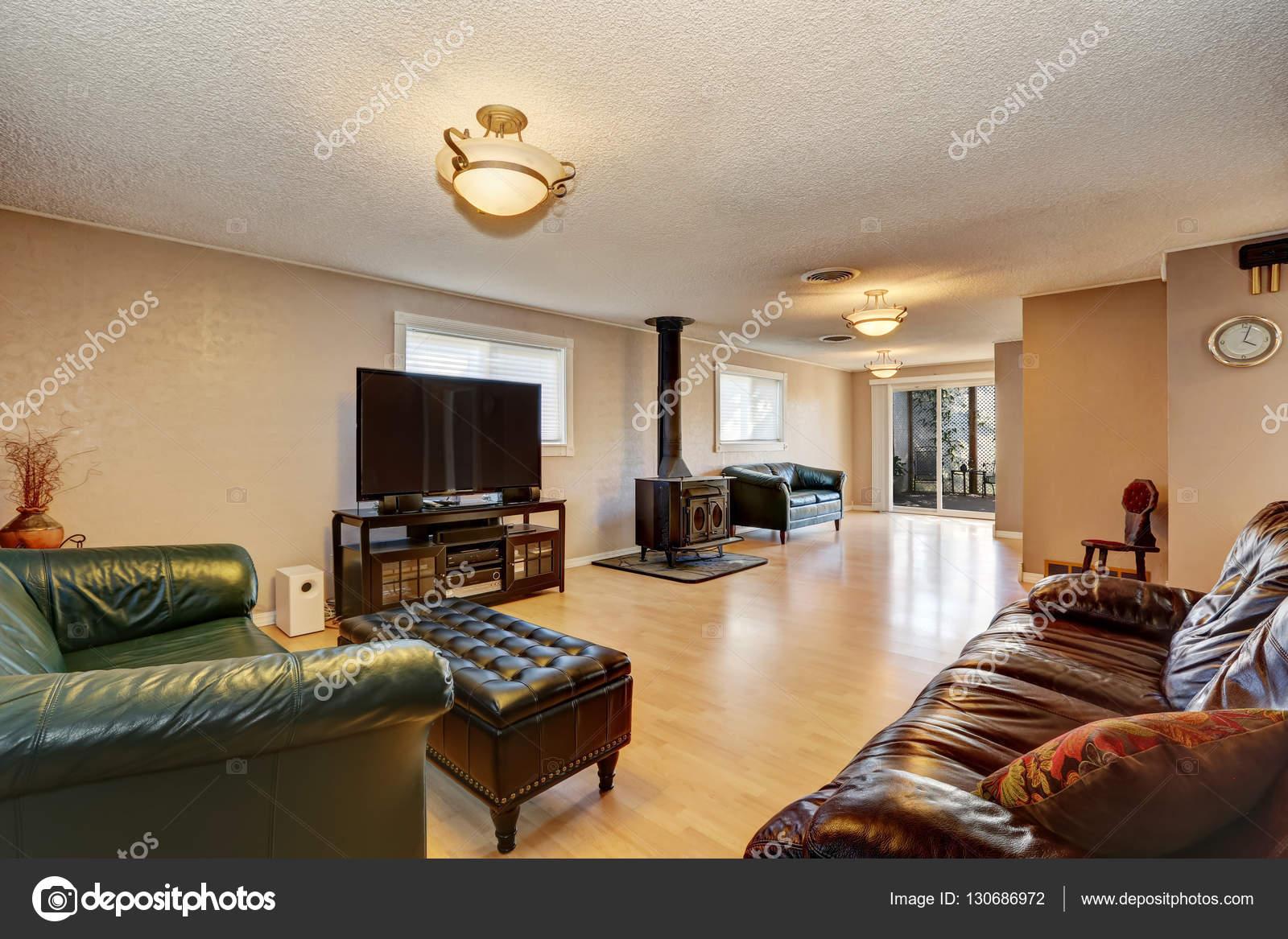 Sala de estar con chimenea antigua, Sofás de cuero y otomano — Fotos ...