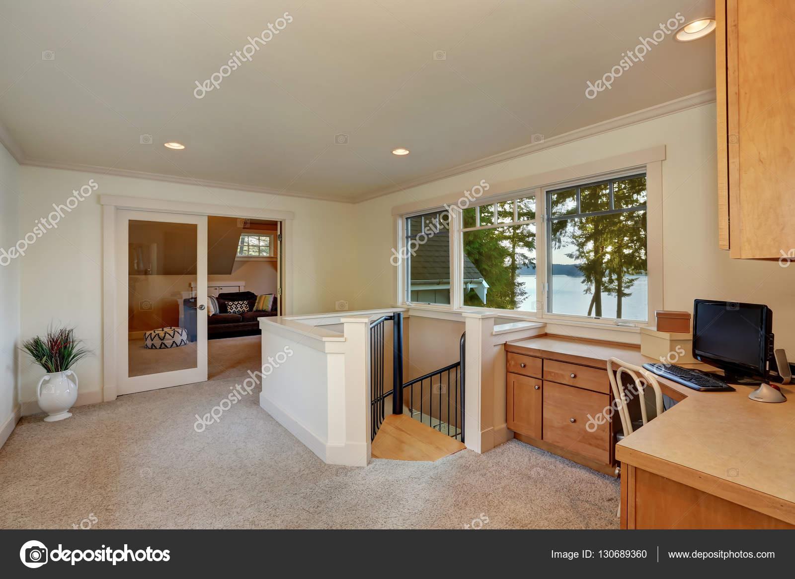 Intérieur du petit couloir avec coin bureau à la maison dans le