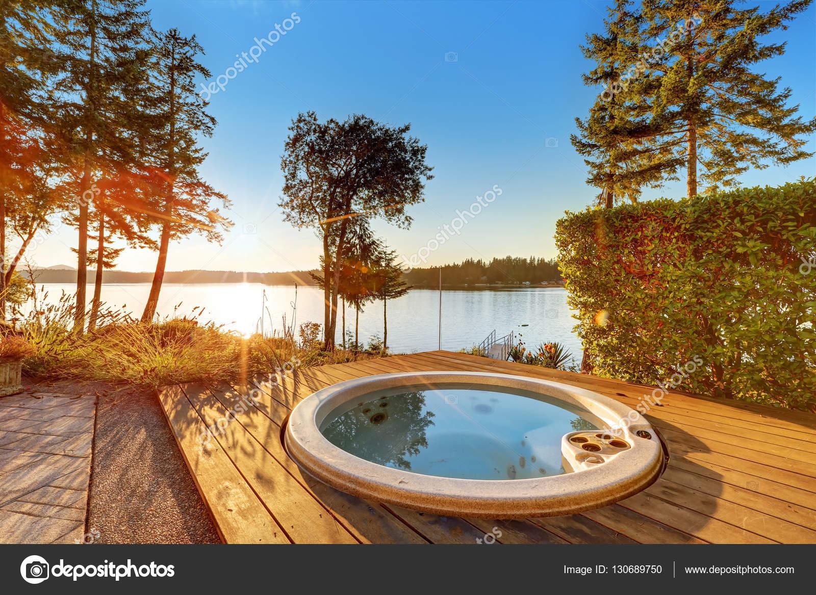 exteriores de casa frente al mar con jacuzzi en el patio trasero u foto de stock