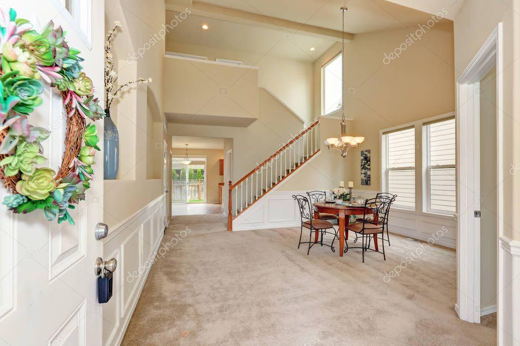 Aperto porta interno sala da pranzo beige soffitto alto — Foto Stock © iriana88w #130684428